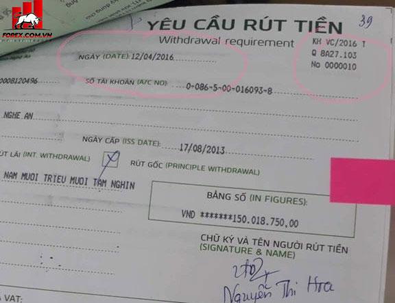 Một trong những biên lai yêu cầu rút tiền của chị Hoa