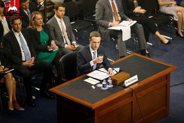 Mark Zuckerberg trong phiên điều trần sau scandal hồi tháng 3.