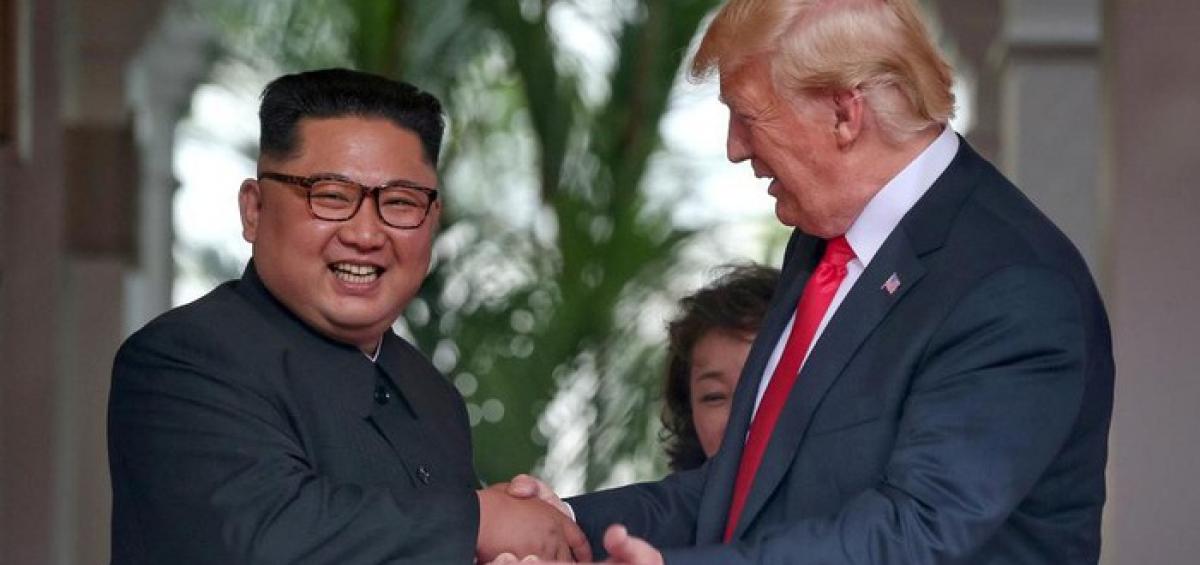 Nhà lãnh đạo Triều Tiên Kim Jong Un (trái) và Tổng thống Mỹ Donald Trump trong cuộc gặp ở Singapore vào tháng 6/2018 - Ảnh: Reuters.