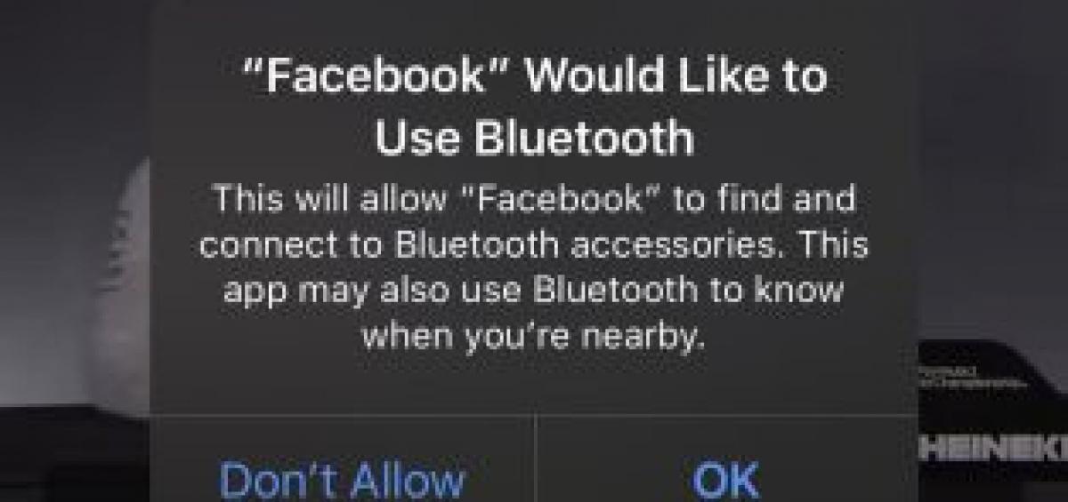 Màn hình trên iOS 13 cảnh báo người dùng rằng Facebook có thể sử dụng kết nối Bluetooth. Ảnh chụp màn hình.