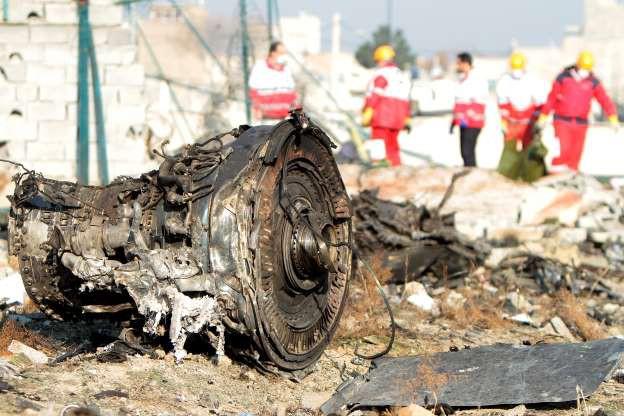 Lực lượng cứu hộ tại hiện trường rơi máy bay chở khách Ukraine ở Iran - Ảnh: Bloomberg.