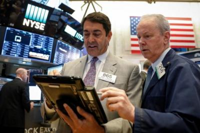 Dow Jones đảo chiều tăng hơn 1,000 điểm khi ông Trump giải ngân 1 ngàn tỷ USD chống COVID-19