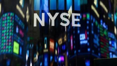 Sàn New York sẽ tạm thời đóng cửa vì nhân viên nhiễm Covid-19, hoàn toàn chuyển sang giao dịch điện tử  Sở Giao dịch Chứng khoán New York (NYSE) cho biết sẽ tạm thời đóng cửa kể từ ngày 23/03 và hoàn toàn chuyển sang giao dịch điện tử nhằm ngăn chặn sự lây lan của virus corona, nhà điều hành sàn (ICE) cho biết trong ngày thứ Tư.  ICE đưa ra quyết định trên ngay sau khi NYSE thông báo đến các chuyên viên giao dịch rằng có 2 người xét nghiệm dương tính với virus corona (Covid-19). Trong đó một người là thành viên của sàn giao dịch còn một người là nhân viên của NYSE.  Đây là lần đầu tiên hoạt động giao dịch vật lý tại Big Board, biệt danh của sàn NYSE, tạm ngưng trong khi giao dịch điện tử vẫn tiếp diễn.  NYSE đã thực hiện các quy trình sàng lọc đối với bất kỳ ai muốn đi vào tòa nhà. Cả hai người dương tính nói trên đều được phát hiện trong ngày thứ Hai và không được phép đi vào bên trong sàn giao dịch.  Tiếp tục cập nhật…  Tuệ Nhiên (Theo CNBC)