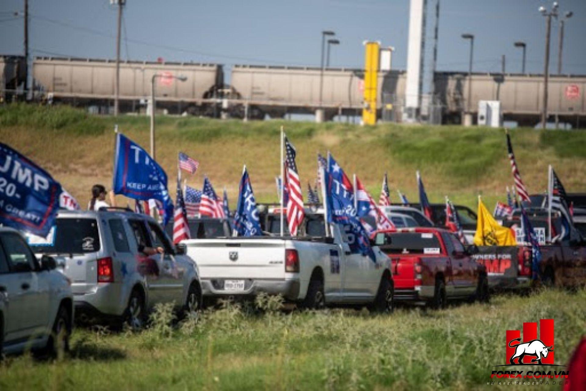 FBI đang điều tra một vụ việc ở Texas khi một đoàn xe ủng hộ Trump bao vây một xe của Biden