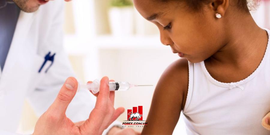 Tỷ lệ được tiêm chủng vắc-xin Covid-19 của người da màu và gốc Tây Ban Nha rất thấp